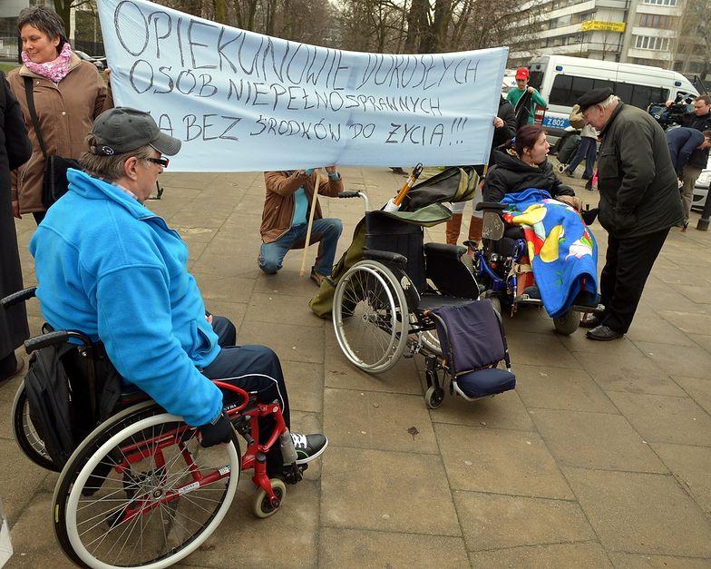 Przed Sejmem protestują opiekunowie dorosłych osób niepełnosprawnych