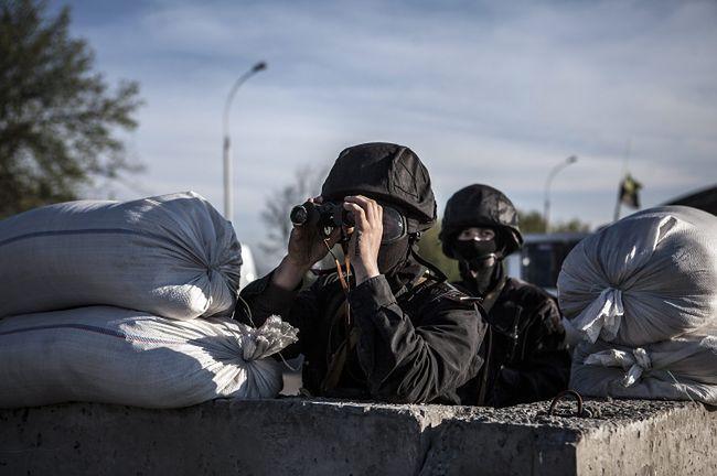 Ukraiński żołnierz na punkcie kontrolnym
