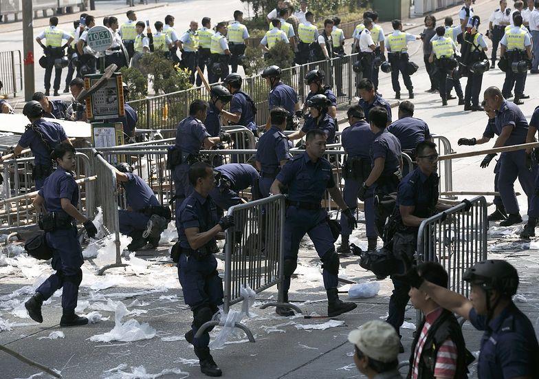 Protesty w Hongkongu. Policja usuwa blokady stworzone przez demonstrantów