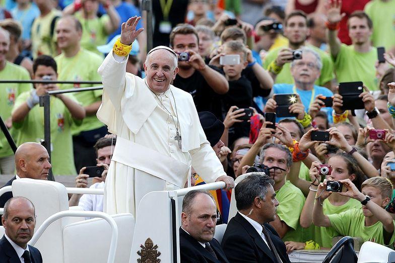 Papież wstrząśnięty. Niszczą i grzebią żywcem