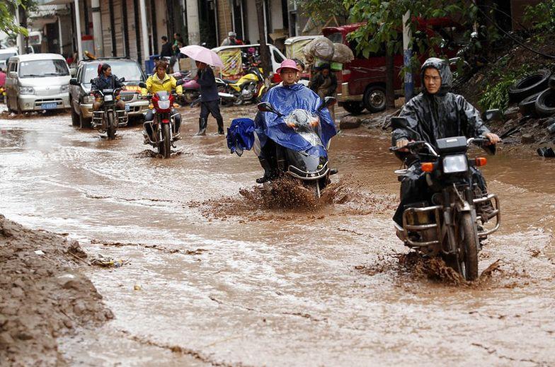 Powodzie w Chinach. Coraz więcej ofiar