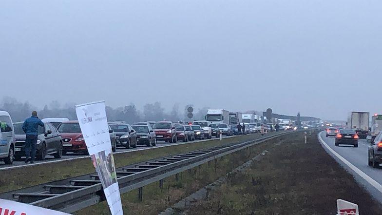 """Rolnicy blokują wjazd do Warszawy od strony Pruszkowa. """"Tak się kończy buta i arogancja"""""""
