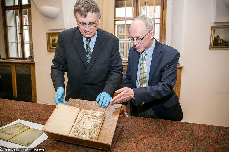 Z prawej prof. Marian Wolski, podczas przekazania odzyskanego starodruku.