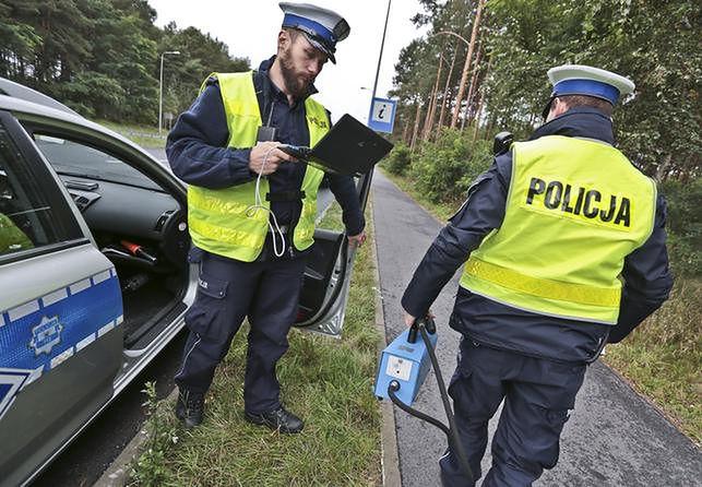 Żeby zatrzymać odpływ policjantów ze służby, rząd idzie na kolejne ustępstwa.