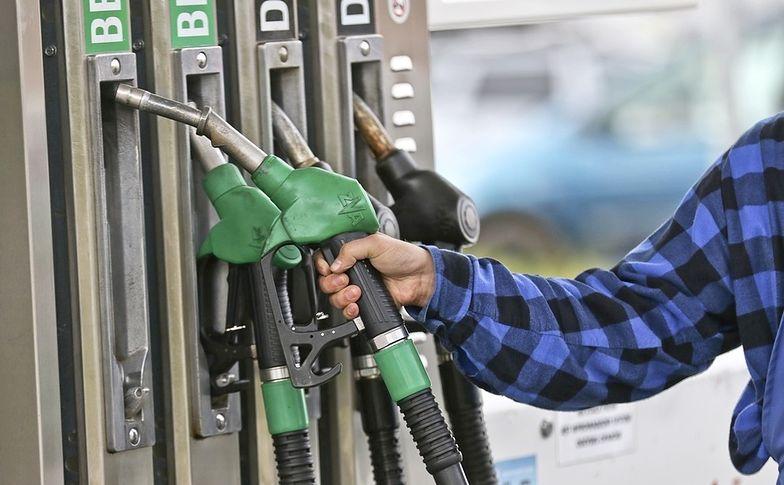 Droższe paliwo zmusza wielu kierowców do szukania punktów, gdzie uda się oszczędzić choć parę groszy na litrze.
