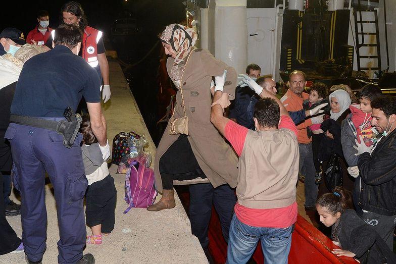 Podobną akcję przeprowadzono dziś rówież w Grecji. Na zdjęciu: Ratownicy pomagają uchodźcom wysiąść w porcie w Kalamata, na południe Peloponezu