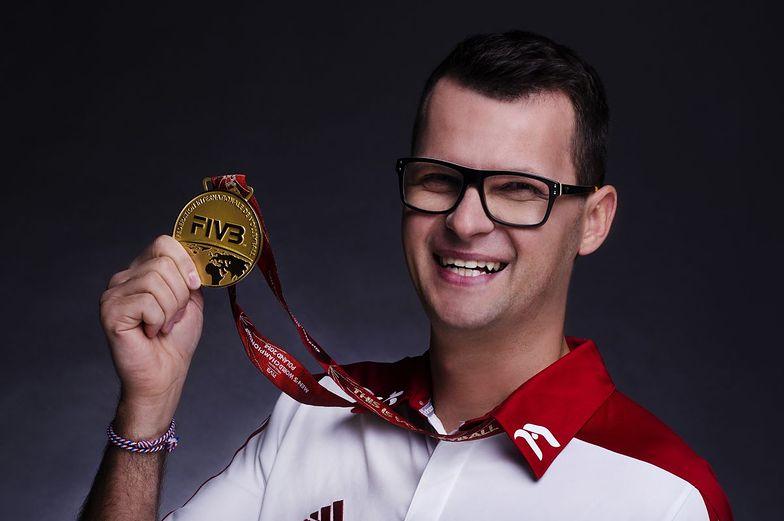 Jakub B. Bączek ze złotym medalem sprzed czterech lat.
