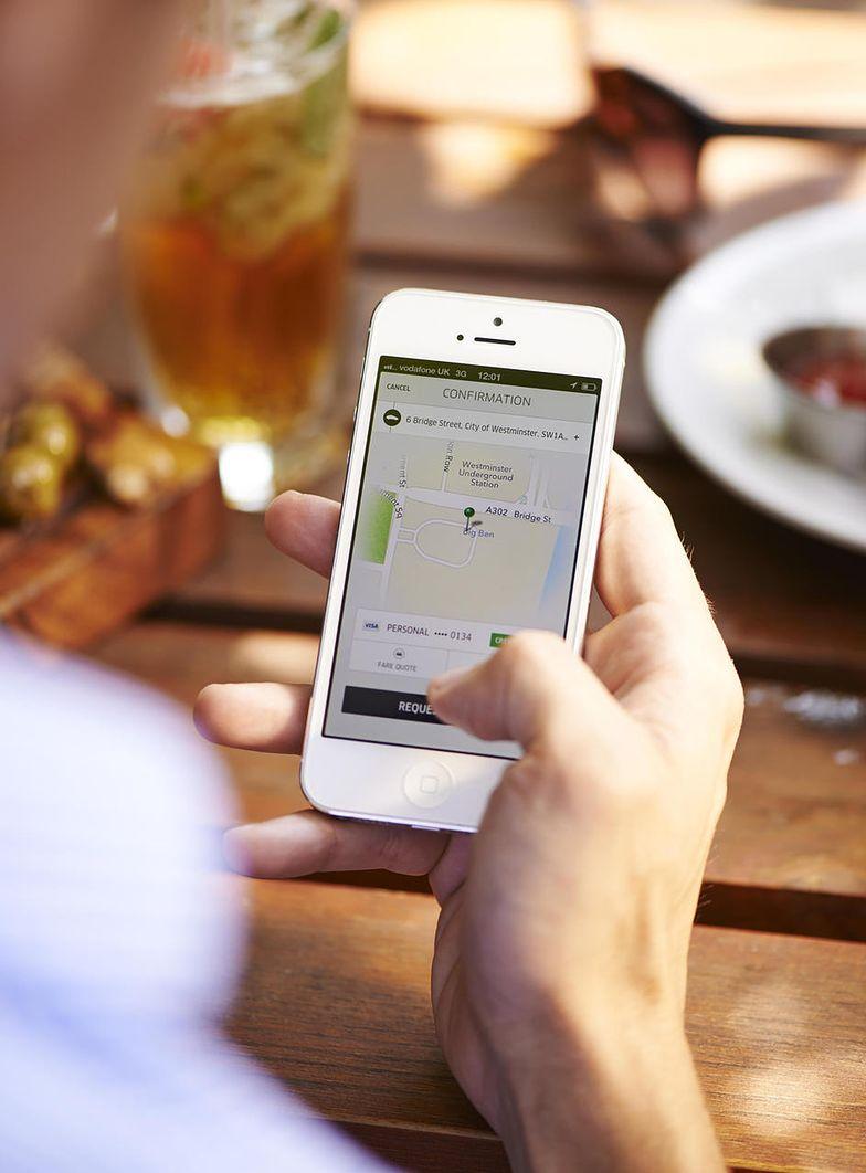 Firmy takie jak Uber i Taxify udostępnieją aplikacje, ale nie ponosi odpowiedzialnosci za działanie swoich kierowców