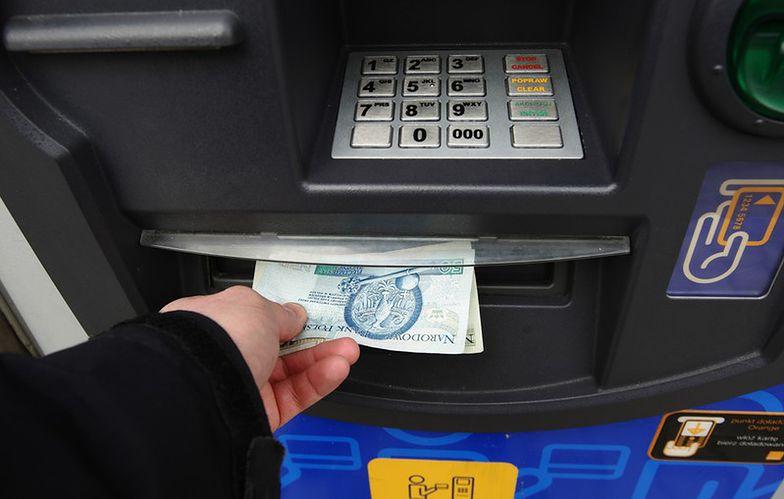 Więcej bankomatów, a transakcji mniej