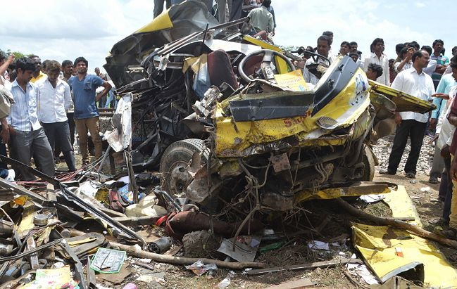 Katastrofa w Indiach. 19 dzieci zginęło w zderzeniu pociągu z autobusem
