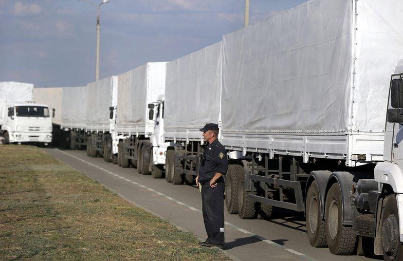 """Biały konwój wjechał na Ukrainę. """"To wojskowe ciężarówki przemalowane na biało"""""""