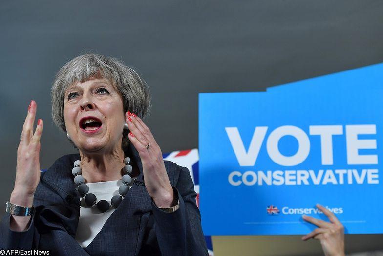 Premier Theresa May pod ostrzałem krytyków.