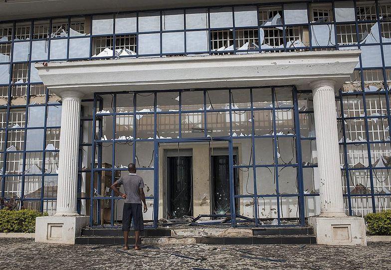 W całej północnej Nigerii dochodzi do zamieszek.</br>Na zdjęciu zniszczony wczoraj budynek w mieście Saminaka