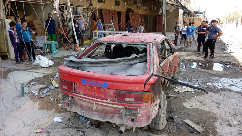 Samochód zniszczony po wybuchu bomby w bagdadzie z 28 sierpnia