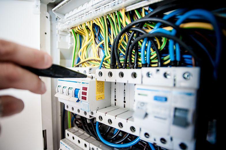 Wysokie ceny prądu z pewnym opóźnieniem uderzą po kieszeni zwykłych odbiorców.