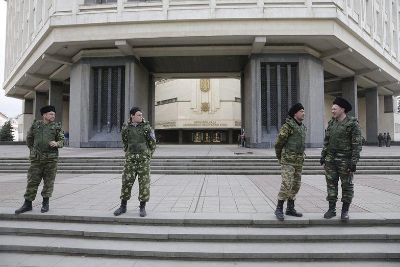 Prorosyjscy żołnierze pod budynkiem krymskiego parlamentu</br> zdjęcie z 6 marca