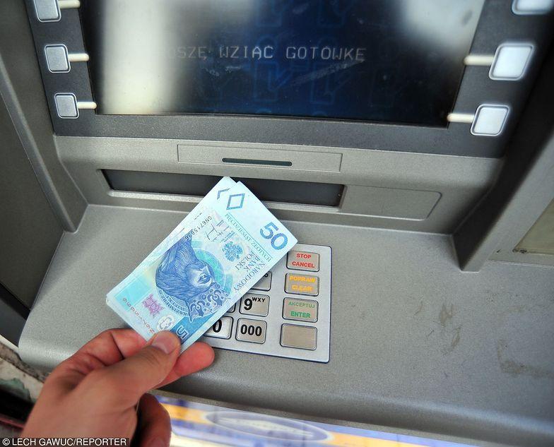 Zamiast płacić za karty i prowadzenie konta, zarabiają na promocjach banków. Nawet kilkaset złotych miesięcznie