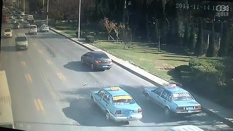 Samochód stracił koło na autostradzie