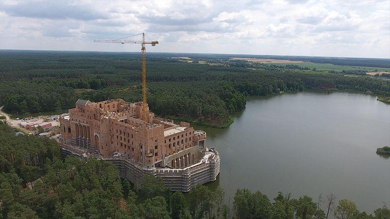 Jeden z podwykonawców na budowie zamku w Puszczy Noteckiej twierdzi, że stracił na tym ponad 100 tys. złotych