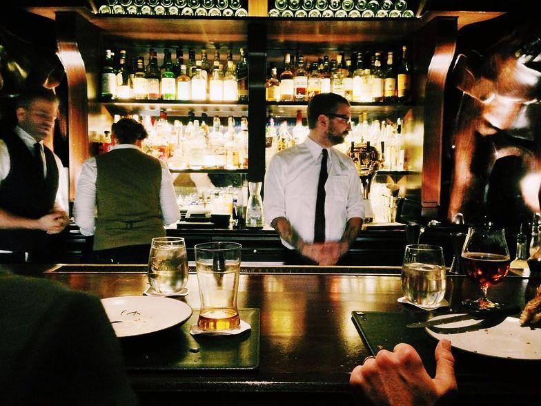 Zarobki kelnera zależą od wielu czynników