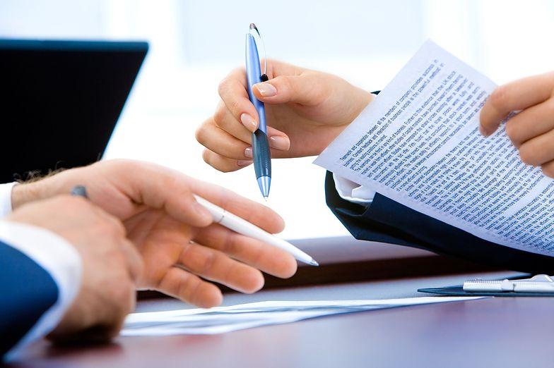 Umowa o pracę możne być rozwiązana na kilka sposobów i zależy od sytuacji oraz formy zatrudnienia