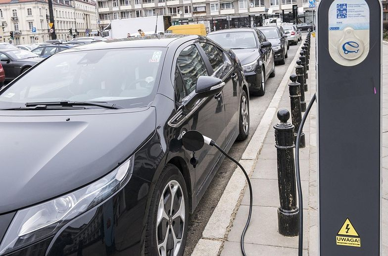 Koszty ładowania auta elektrycznego nie są na tyle niższe niż tankowania paliwem płynnym, żeby zakup się opłacił