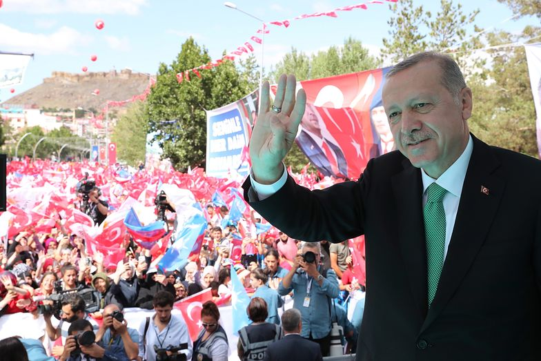 Recep Tayyip Erdogan w piątek robił dobrą minę do złej gry - gospodarka Turcji jest na dnie.