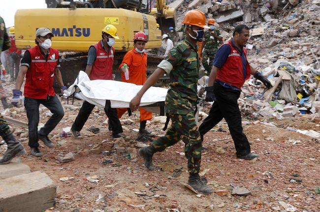 Katastrofa w Bangladeszu. Liczba ofiar w fabryce odzieży wzrosła do 450