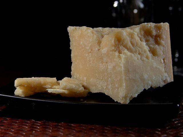 Produkcja podróbek parmezanu na świecie wyższa od ilości oryginalnego sera