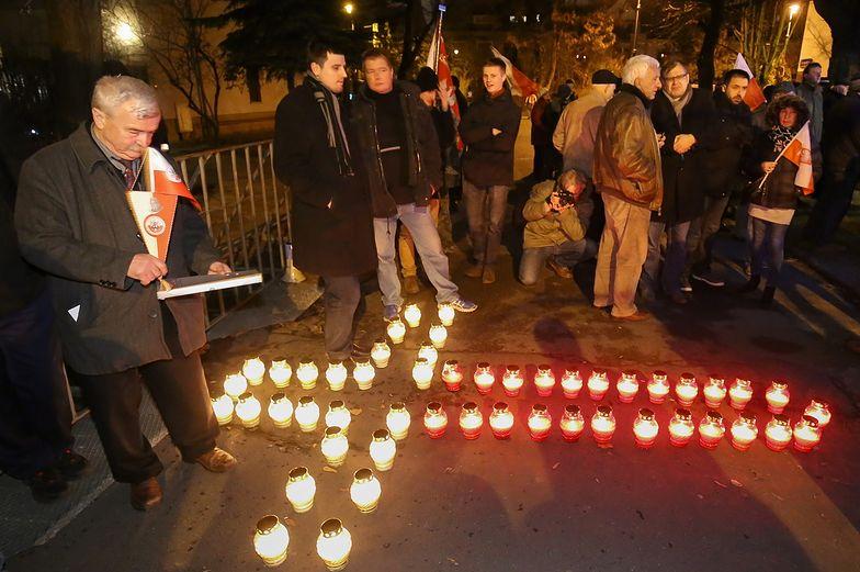 Rocznica stanu wojennego. Demonstracja przed domem generała Kiszczaka