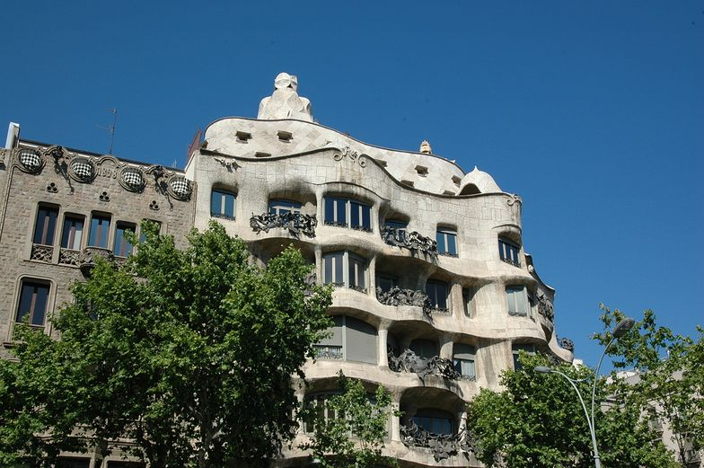 Przy Paseo de Gracia stoi zaprojektowana przez Gaudiego Casa Mila.