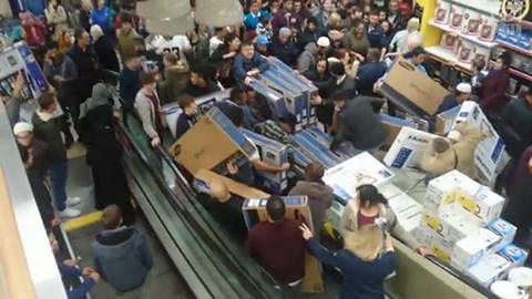 Chaos w sklepie podczas wyprzedaży w Black Friday
