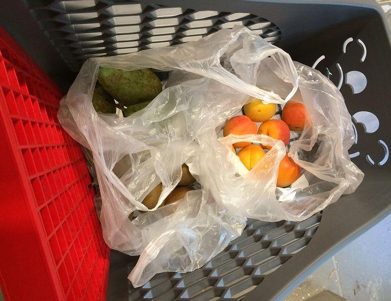 Opłatą recyklingową zostaną objęte lekkie torby na zakupy z tworzywa sztucznego o grubości do 50 mikrometrów