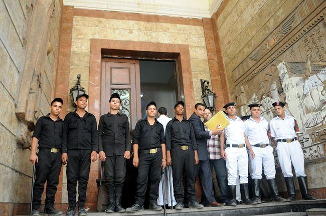 Żołnierze przed salą sądową w Kairze w trakcie procesu Bractwa