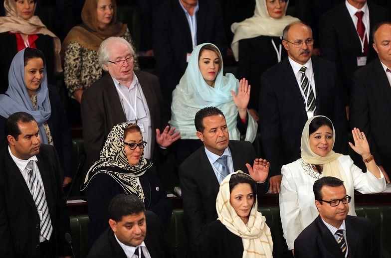 Tunezyjscy deputowani składaja przysięgę.