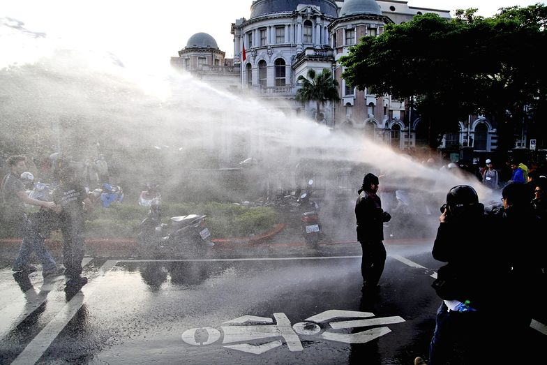 Zamieszki na Tajwanie. Armatki wodne przeciwko demonstrantom