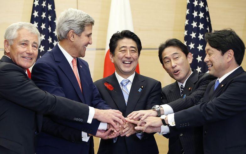 Chuck Hagel (pierwszy z lewej) i John Kerry (drugi z lewej)</br>podczas dzisiejszego spotkania w Tokio