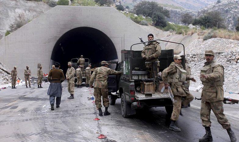Pakistan: atak na konwój autobusów