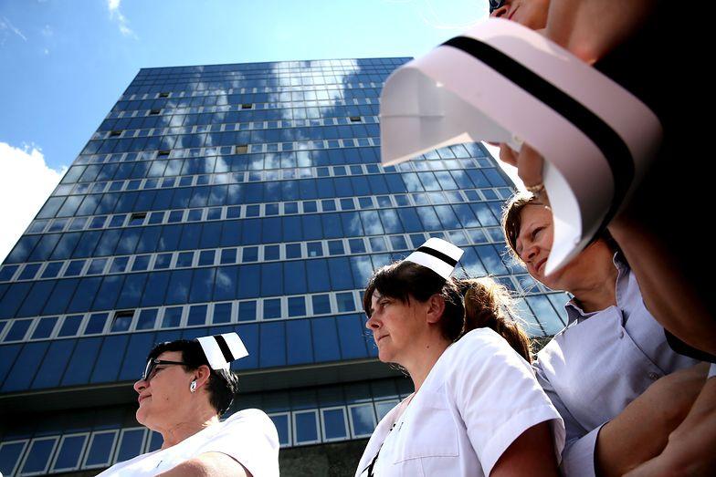 Jest ich 100 w Polsce. Pielęgniarki wykluczone z podwyżek przez... porozumienie o podwyżkach