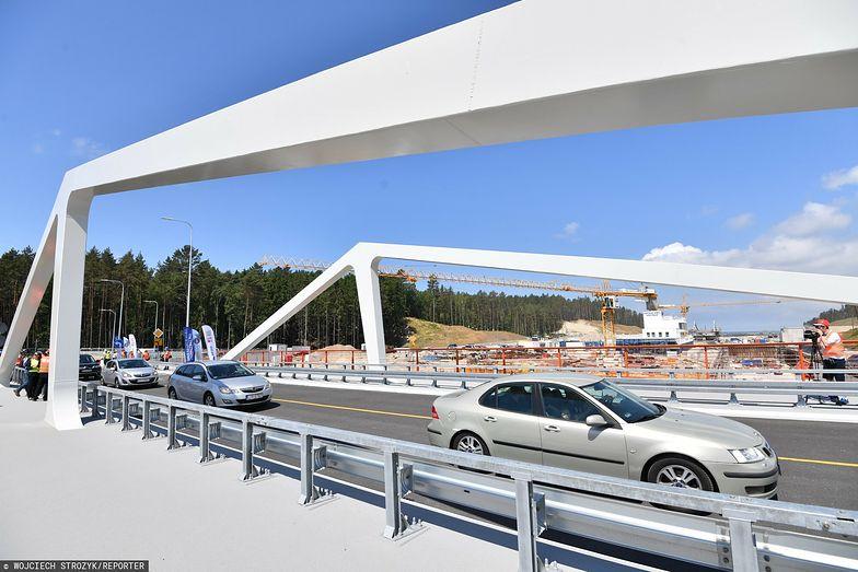 Mierzeja Wiślana. Pierwsze samochody przejechały mostem nad kanałem