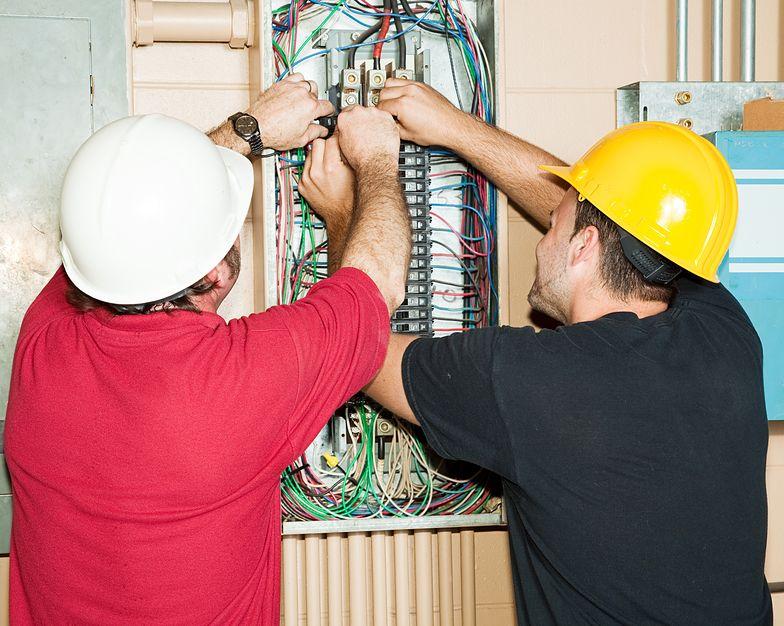 Budowa się wlecze, robotnicy ciągle narzekają? Zobacz, ile powstają i kosztują domy szkieletowe