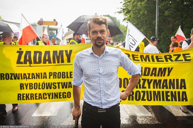 Wyrzucili go z PiS, stał się cierniem w boku rządu. Kim jest Michał Kołodziejczak?
