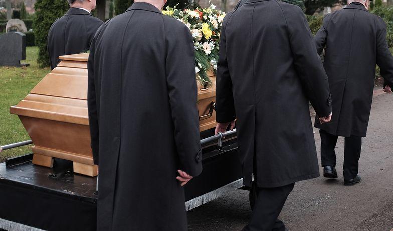 Koronawirus a pogrzeby. Ostrzejsze limity przy ceremoniach świeckich