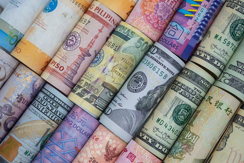 Kursy walut. Złoty zyskuje, ale mniej niż inne waluty