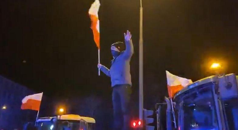 Rolnicy protestują w Warszawie. Zablokowane skrzyżowanie i rozsypana kapusta