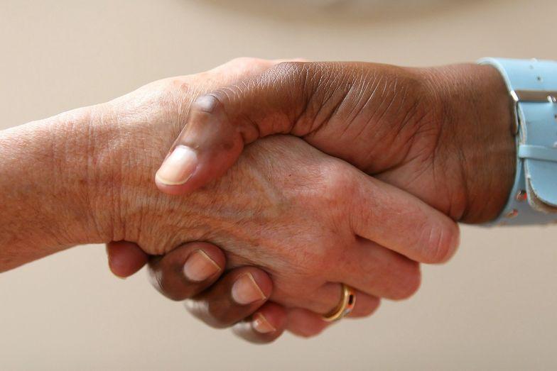 Mowa ciała to bardzo ważny element skutecznej komunikacji. Jednym z jej elementów jest na przykład uścisk dłoni