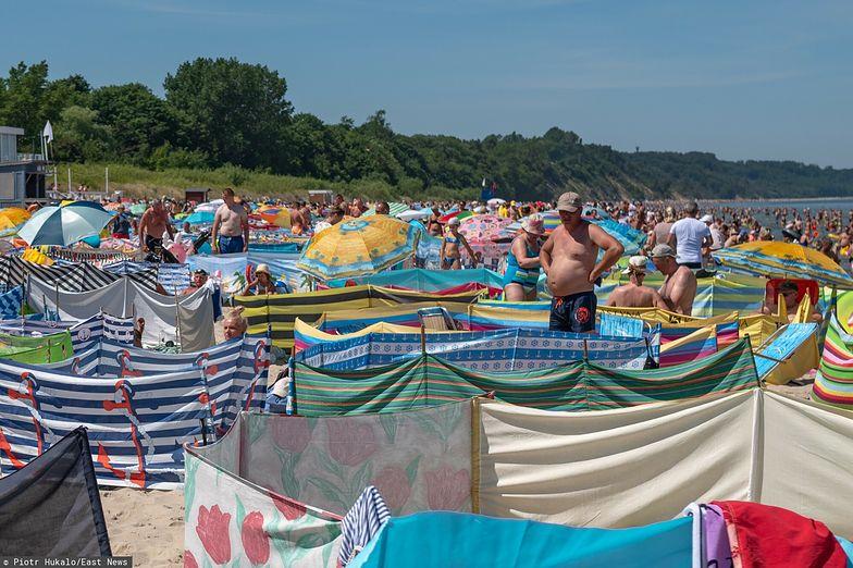 Disco polo od sąsiada na kocu obok. Zobacz, jak radzić sobie z głośną muzyką na plaży