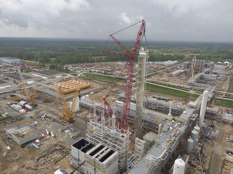 Największy na świecie dźwig w inwestycji Azotów. Blisko 100-metrowa kolumna z gazem już stoi