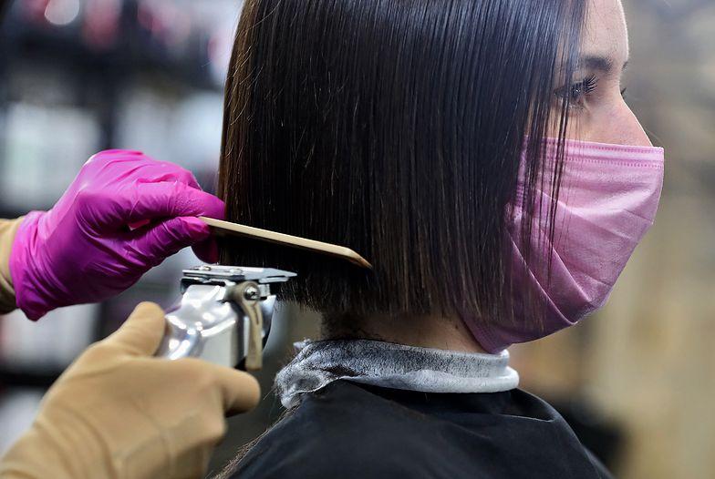 Na odmrożenie gospodarki czekają m.in. fryzjerzy.