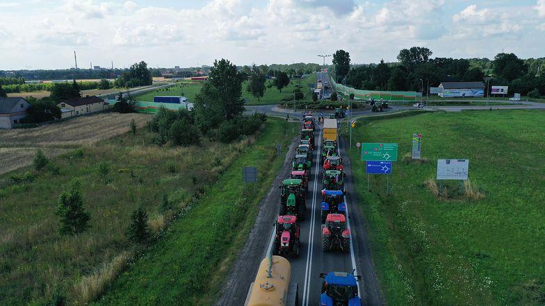 Uwaga, turyści! W sobotę droga na Hel będzie zablokowana. Policjanci: wybierzcie pociąg